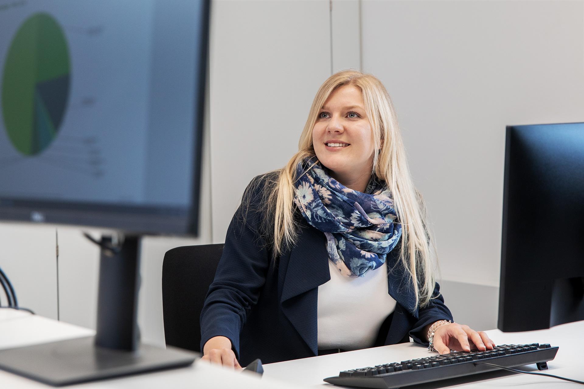 Eine Mitarbeiterin im Büro